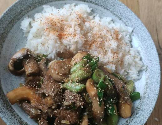 Beef met shiitake in oestersaus met rijst maak je snel zelf met dit lekkere wokrecept