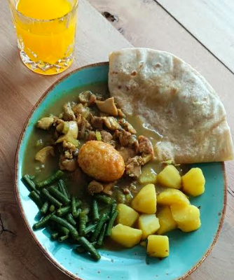 Surinaamse roti, origineel recept met masala kruiden, eieren, bleekselderij aardappelen en kousenband uit eigen tuin. Zo maak jij snel de lekkerste roti.