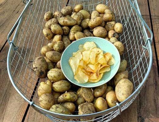 Zelf chips maken van aardappels (gefrituurd in olie). Het lekkerste recept om zelf perfecte crunchy chips te bakken