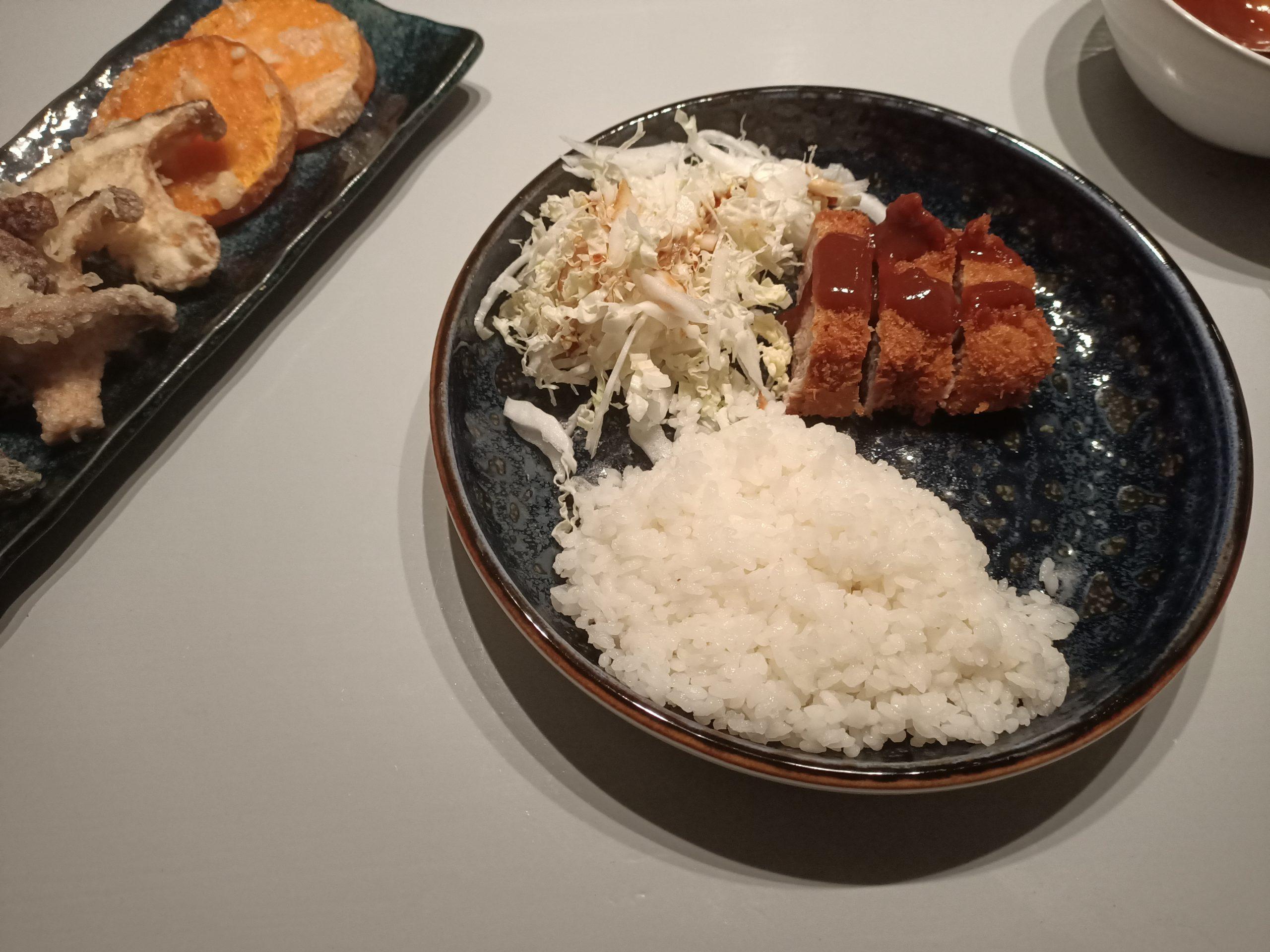 Recept Japanse crispy tonkatsu, heerlijke gefrituurde varkenskoteletjes. Ultiem Japans comfort food