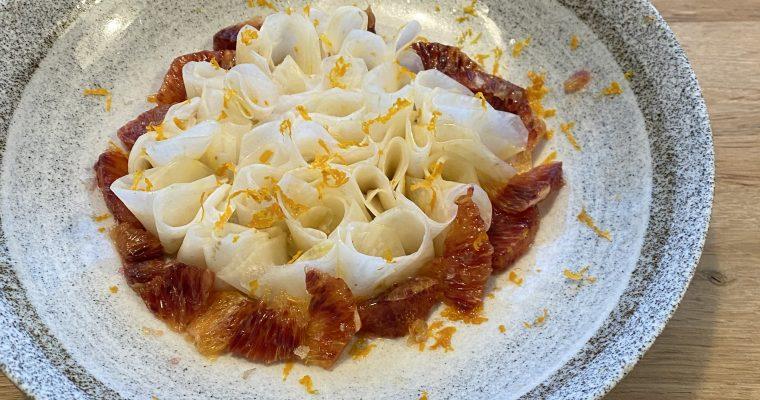 Wat kun je maken met knolselderij? Recept voor heerlijk frisse salade van knolselderij met bloedsinaasappel