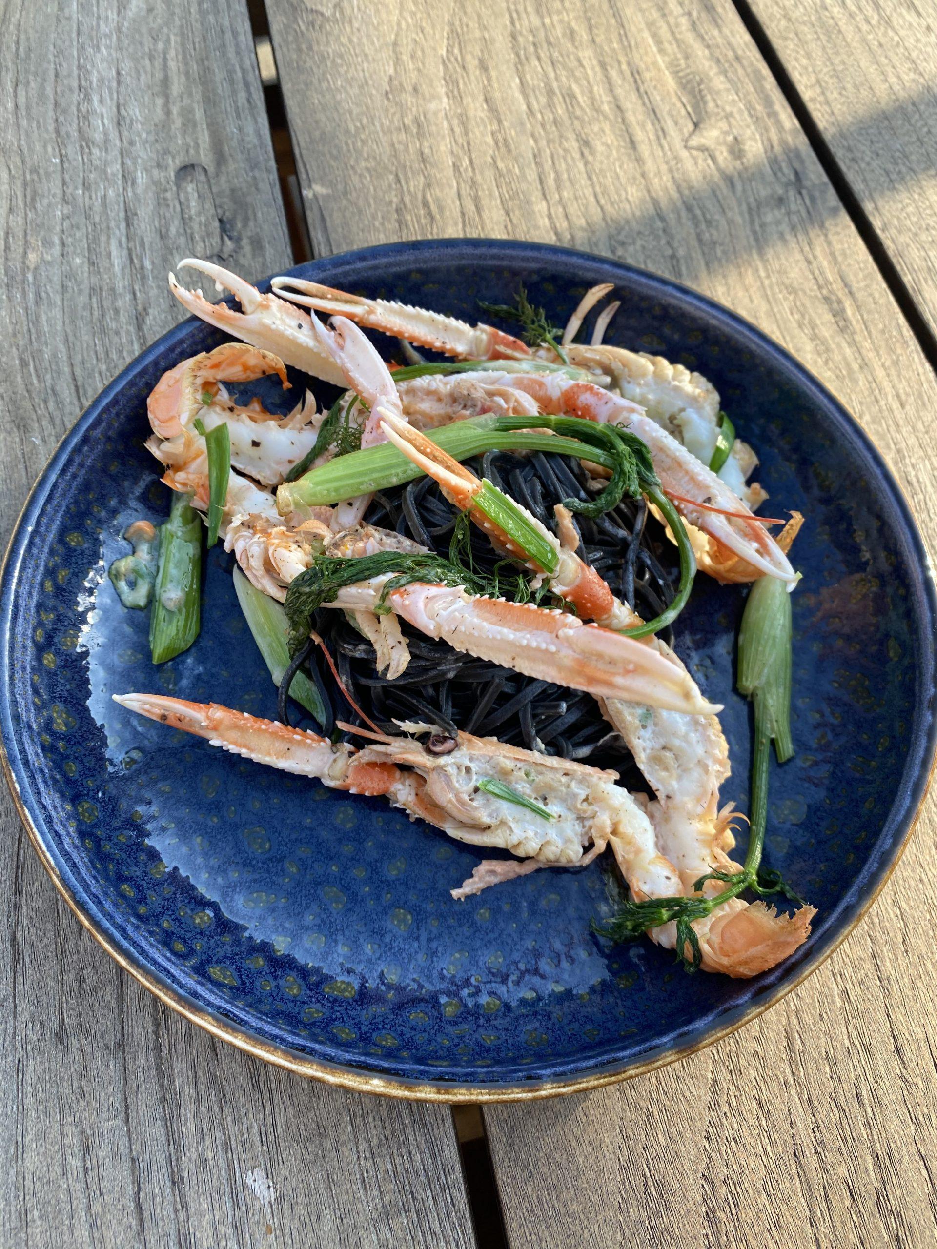Recept voor inktvis zwarte pasta met langoustines, venkel en prei in een romige saus.  Linguine nero di seppia langoustines van de Big Green Egg.