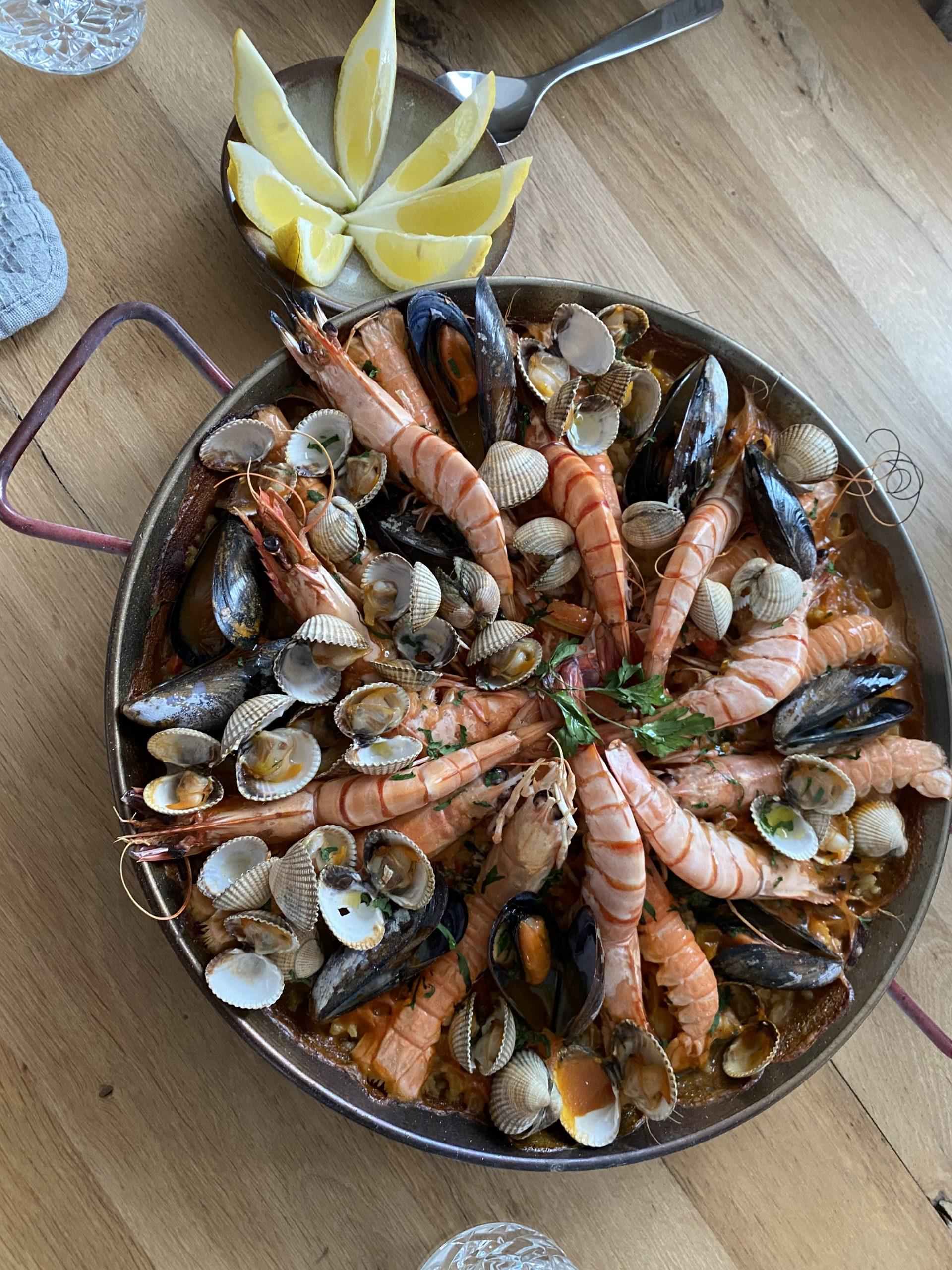 Spaanse seafood Paella recept met garnalen, mosselen, venusschelpen en langoustines. Paella maken op de Big green Egg